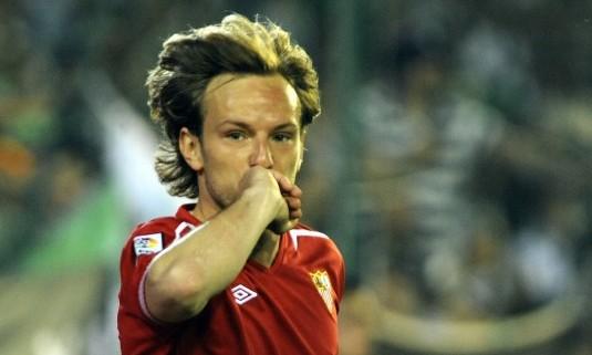Rakitic celebra uno de sus goles. (Kiko Hurtado, Marcamedia)