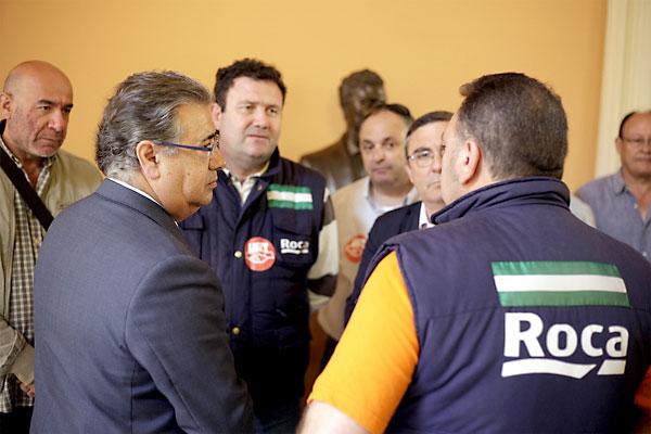 El alcalde de Sevilla, Juan Ignacio Zoido, recibiendo a los trabajadores de Roca. / E.P.