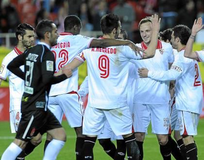 Los jugadores del Sevilla celebran un gol. (Marcamedia)