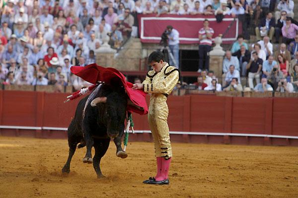 La Maestranza. 18 de Abril. El Cid, Miguel Ángel Perera y Jiménez Fortes. / Foto: J. M. Paisano (Atese)