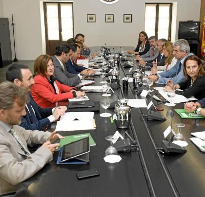 33 La consejera de la Presidencia preside ayer en San Telmo la reunión con los delegados de la Junta.