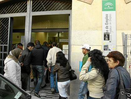 Sevillanos sin trabajo entran en una oficina de Empleo de la capital hispalense. / J. M. Paisano (Atese)