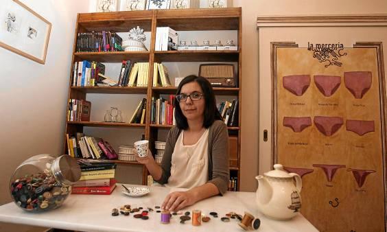 Nuria Lupiáñez, promotora de la idea de La Mercería, en el rincón reservado a los libros en este café cultural, situado en calle Regina, 10. (J. M. Paisano)