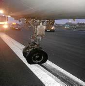 En un A320 de Vueling aparecieron varios avisos de fallos. Al bajar el tren de aterrizaje apareció otro y se perdió el piloto automático. El comandante tomó los mandos en modo manual y logró aterrizar sin más daños pese a que las ruedas de morro estaban giradas 90º.