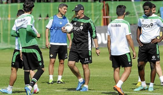 Pepe Mel pasea entre sus futbolistas / Marcamedia