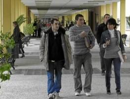 Alumnos de la Pablo de Olavide pasean por el campus.
