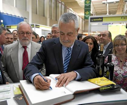 El presidente de la Junta, José Antonio Griñán, ayer en Expoliva con el ministro Arias Cañete.