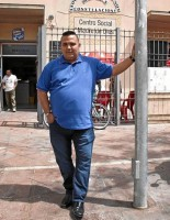 El líder vecinal de Madre de Dios, Rafael Amarillo, posa ante la sede de la asociación. Marco Furilo