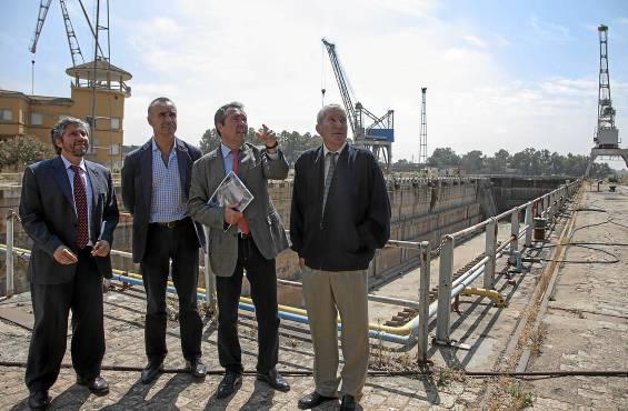 Fausto Arroyo, Antonio Muñoz, Juan Espadas y Manuel Fernández visitaron ayer las instalaciones del astillero. J. M. Espino (Atese)