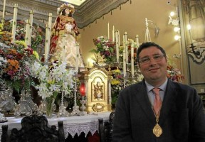 El presidente de la hermandad Matriz de Almonte, Juan Ignacio Reales, ante la Virgen del Rocío vestida de Pastora en la parroquia de Almonte.