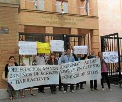 Los padres de los niños excluidos del Santo Domingo de Silos de Bormujos, ayer, en la Delegación.