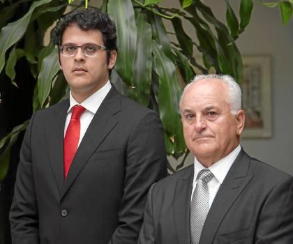El presidente de Sevilla Shipyard, Luis Ramón de Celis, junto a su hijo, Pablo de Celis, ayer en Antares. / J. M. Espino (Atese)