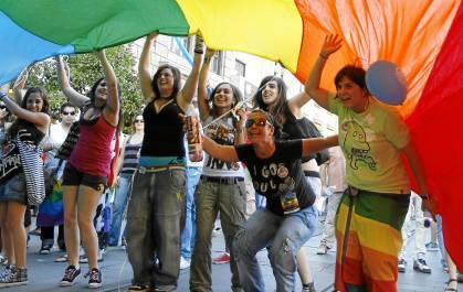 Unos jóvenes participan en la cabalgata que cada año se celebra el Día del Orgullo Gay. / José Manuel Cabello