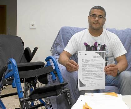 Brahim muestra una de las cartas que ha recibido de Emvisesa para que pague ya la deuda pendiente. Manuel R.R.