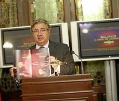 El alcalde muestra el dossier repartido ayer con su balance de los dos años de mandato.