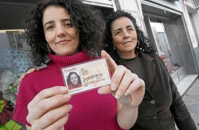 Sofía Reguera, detrás de su hija Sofía, que muestra el DNIde su madre con los apellidos maternos.
