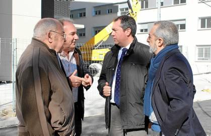 Juan Espadas ha tenido un encuentro con algunos de los vecinos de Regiones Devastadas.