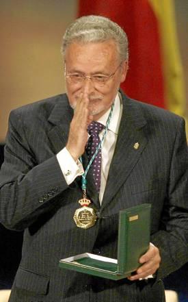 Jesús Maeztu recogiendo la medalla de Andalucía en 2010.