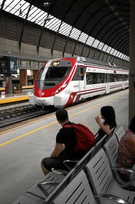 Tren de Cercanías en la estación de Santa Justa.