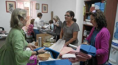 Carmen (dcha.) y otras compañeras en la sede de Amama.