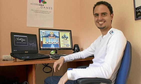 Javier Mairena busca ahora fondos a través de una campaña de crowdfunding para realizar un videojuego para niños con fibrosis quística. (Manuel R.R.)