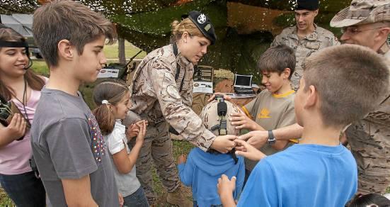 Probarse equipamientos, conocer cómo son los vehículos por dentro o qué hacen los soldados fueron algunas de las actividades.