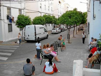 Vecinos, en una calle de la barriada de La Paz de Utrera.