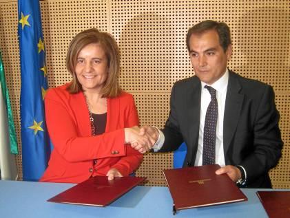 La ministra de Empleo, Fátima Báñez, y el alcalde de Córdoba ayer durante la firma de un convenio.