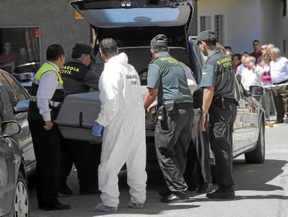 33 Agentes de la Guardia Civil introducen el cadáver de Dolores Extremera en el coche funerario.