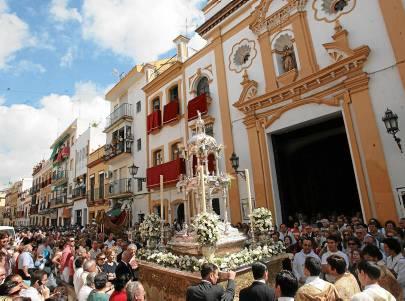 La Custodia del Corpus Chico de Triana ante la capilla de los Marineros.