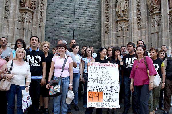 La portavoz adjunta de IU en el Ayuntamiento de Sevilla, Josefa Medrano, junto a los trabajadores de las cafeterías del aeropuerto de San Pablo.