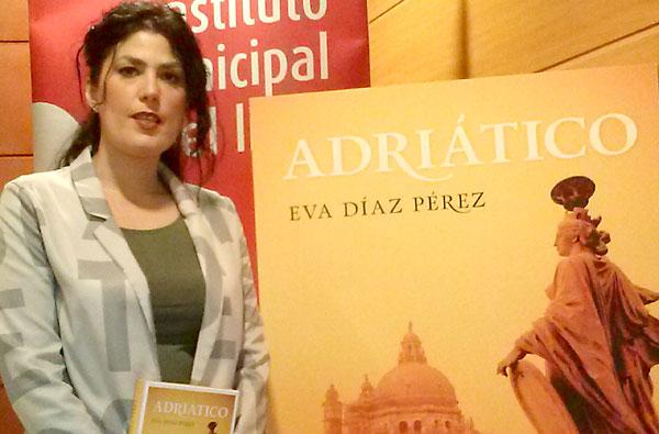 La escritora Eva Díaz Pérez, junto a la portada de su último libro. / Fundación Lara