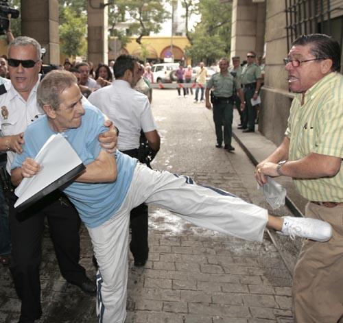 El 'pirómano' de Las Naciones a su llegada a los juzgados en el año 2009. / Javier Díaz
