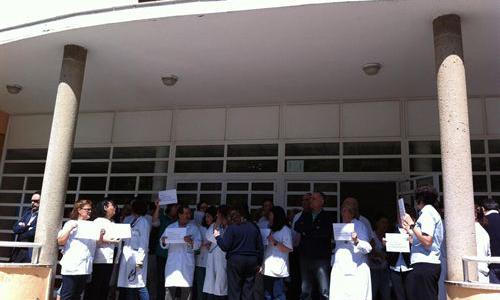 Protesta a la entrada del centro de salud de Pino Montano en repulsa por la brutal agresión. /E.P.