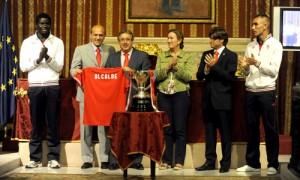 Zoido recibió una camiseta del Sevilla FC.