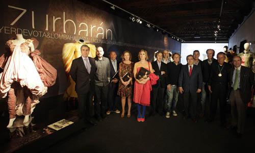 Los diseñadores junto con el alcalde de Sevilla inauguran la exposición 'Santas de Zurbarán'.