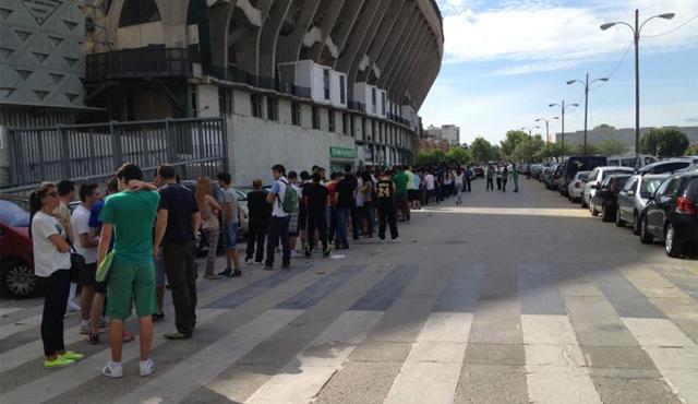Colas para la tienda del Betis, esta mañana / Real Betis