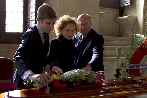 El nieto del maestro de San Bernardo, que también se llama Pepe Luis Vázquez, deposita un ramo de flores sobre el féretro junto a su abuela, Mercedes Silva. / Foto: E. Recio
