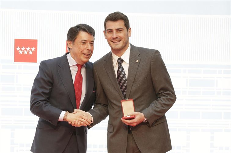 Casillas con la medalla de oro al Mérito Deportivo que le ha otorgado la Comunidad de Madrid. / E.P.
