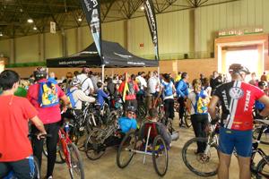 Multitud de participantes se inscriben en la marcha de la Bici en Fibes.