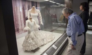 La muestra de la diseñadora Lina sobre el traje de flamenca. /J.M.Espino (ATESE)