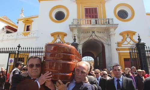 El féretro de Pepe Luis Vázquez sale de la Maestranza. / J.C. Cruz (ATESE)