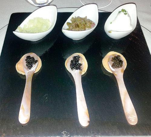 Degustación de caviar acompañado de cebollita, alcaparras y nata agria.