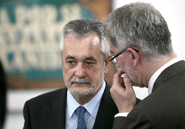 33 El consejero de Economía, Antonio Ávila, conversa con el presidente José Antonio Griñán.