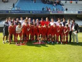 Los juveniles del SevillaFC posan con la Copa de Campeones en Balaídos / @leonsfdo