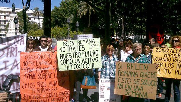 Vecinos durante la manifestación en la Plaza Nueva. / Foto: @asocisbylia