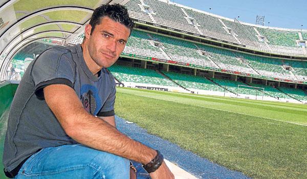 Jorge Molina posa en un banquillo del estadio Benito Villamarín tras el entrenamiento del miércoles. / J. M. Paisano (Atese)