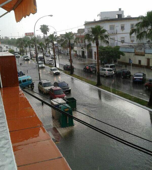 Tromba de agua en Los Palacios. / Foto: Paloma Gutiérrez (@Dove_P18 en Twitter).