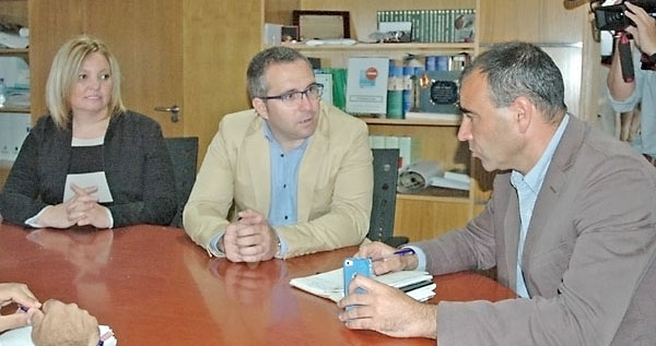 Reunión de los alcaldes de Los Palacios y Villafranca, Juan Manuel Valle, y Barbate, Rafael Quirós. / E. P.