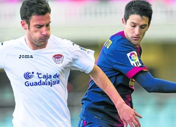 Luis Alberto lucha por un balón.